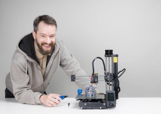 Simon vom Wawibox-Dreamteam mit 3-D-Drucker bei